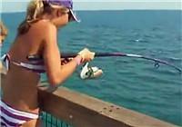 《海钓视频》 国外美女扎堆大海码头钓鲅鱼
