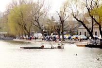 北方早春季節悠閑的釣魚人