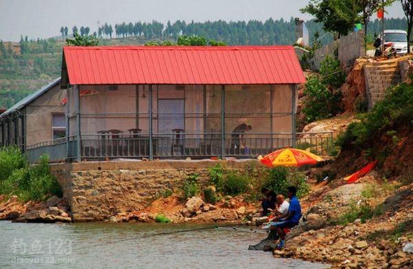 水库边的饭店鱼馆比较多
