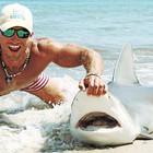 男子徒手将360斤活鲨鱼拉上岸