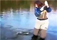 《路亚钓鱼视频》 美女在溪流中路亚大鱼