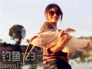 小美女路亚钓大口鲶鱼的精彩视频