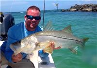 《海钓视频》 男子海钓钓获米级海鲈