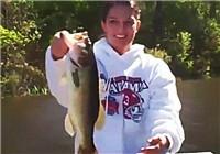 《路亚钓鱼视频》 美女自然水域路亚猎鲈鱼