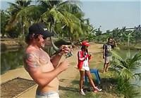 《垂钓对象鱼视频》 男子水库路亚作钓大鲤鱼
