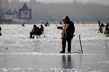 钓鱼新手也能学会的冰钓技巧!