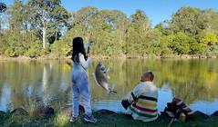 《X探釣頻道》周末和女兒騎車釣魚,少女實力指導老爹好好釣魚!