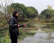 《戶外野釣視頻》天冷鯽魚喜歡在草邊覓食,今天在水草多的地方垂釣!
