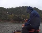 《麦子钓鱼》人冻到发抖,鱼钓到手酸,鲫鱼爆护