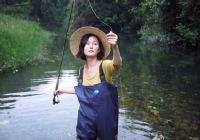 钓鱼的姑娘惹人爱—得此老婆一生足矣