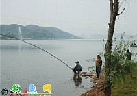 釣友老範在黃石磁湖手竿釣獲20斤大鯉魚