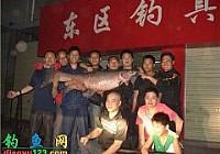 钓友在汉江油田路亚到一条78斤大青鱼