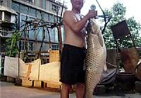 钓友阿峰在赛美水库用矶竿钓获32斤大草鱼