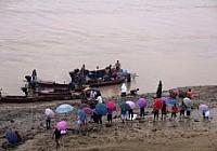 """黃河沿線上萬人捕魚""""流魚奇觀"""""""