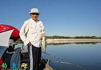 中国老人游钓美国开竿中大鲤