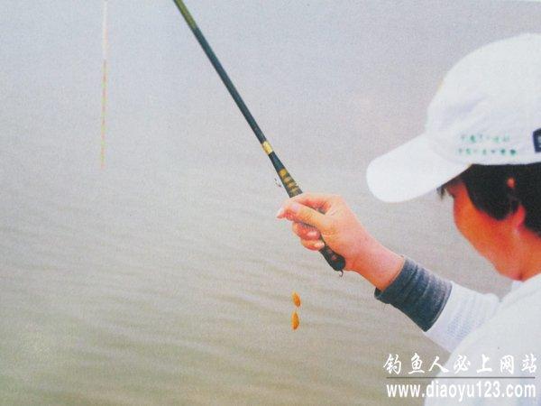 台钓竞技钓中的三种上饵方法搓拉刮