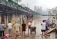 重庆发洪水钓友马路边上可钓鱼